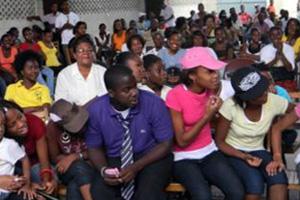 Se celebran actividades de formación y de ocio con los jóvenes del centro comunitario en Carrefour en Haití