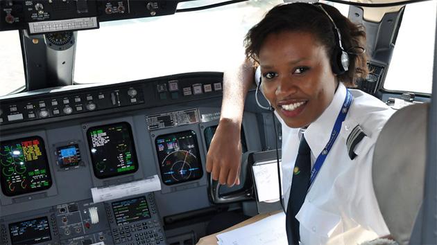 Esther, la primera mujer piloto de aviones comerciales en Ruanda, una mujer que inspira