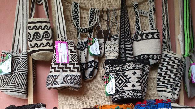 Mujeres emprendedoras de Colombia venden sus productos en el Festival de la Mochila Caucana