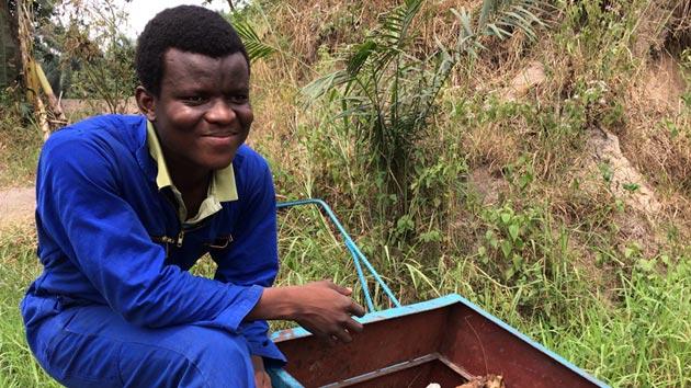 """""""Mi meta: de aquí a 2025 tendré una empresa de reciclaje de desechos que se llamará Récyclé en R.D. del Congo"""". Max, R.D. del Congo. #unahistoriaquecontar"""