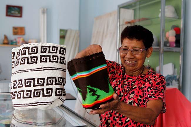 Mujer artesana Colombia