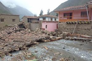 Familias de comunidades indígenas pierden sus casas debido a las fuertes lluvias en los andes peruanos