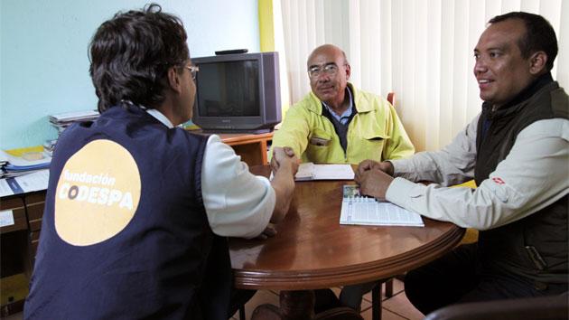 Don Pompilio es gerente de un banco comunitario en la localidad de Sigchos