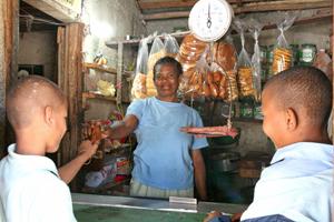Chamartín acoge una exposición sobre el impacto social y económico de las microfinanzas para reducir la pobreza