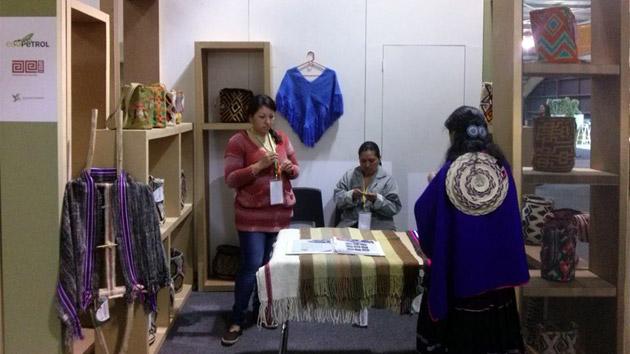 Mujeres artesanas colombianas, de ENREDARTE, buscan su oportunidad en EXPOARTESANÍAS