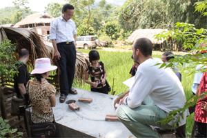 La Delegación de Vietnam es premiada por el Comité Coordinador de Ayuda al Pueblo Vietnamita
