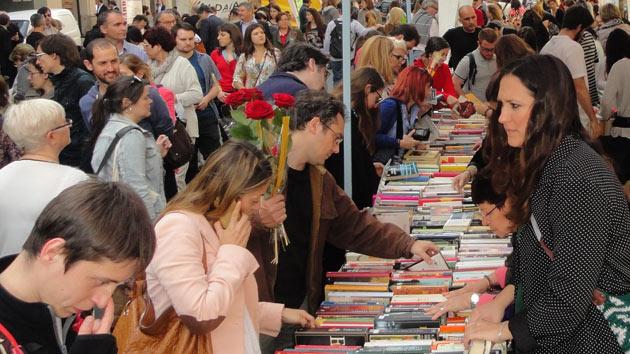Gracias por ayudarnos a recaudar 3.300 euros en el día de Sant Jordi